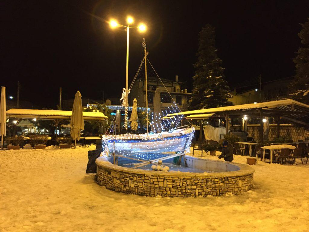 Ζεστή καρδιά παρά το παγετό στην πλατεία Λεβιδίου (pics)